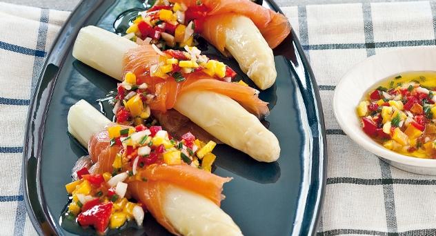 Espárragos de Navarra con salmón y vinagreta de mango