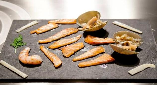 Sashimi de salmón con gambas y almejas marinadas