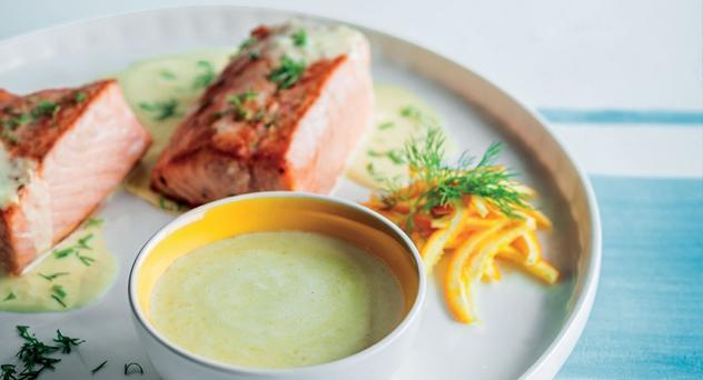 Salmón asado en salsa de naranja y eneldo