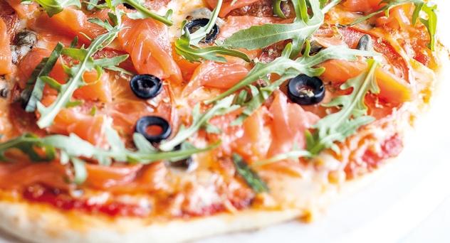 Pizza de salmón ahumado, rúcula y alcaparras.
