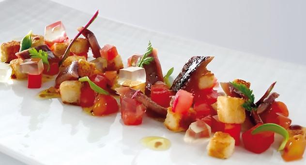 Tartar de anchoas de L'Escala con los componentes de una tostada