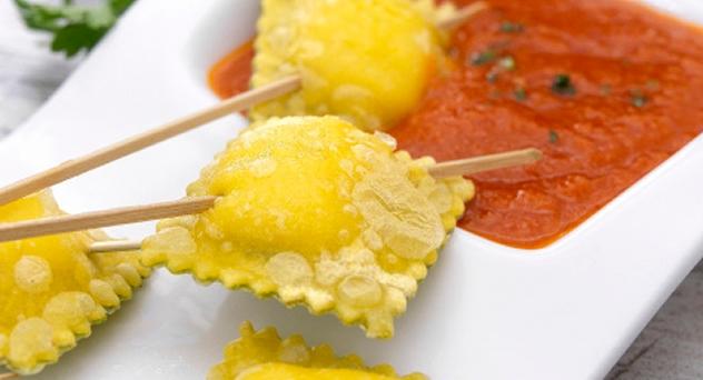 Pinchos de ravioli con salsa de tomate