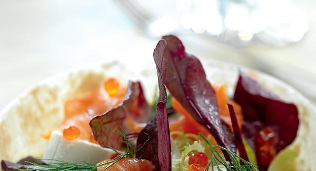 Ensalada de acelgas rojas y salmón ahumado