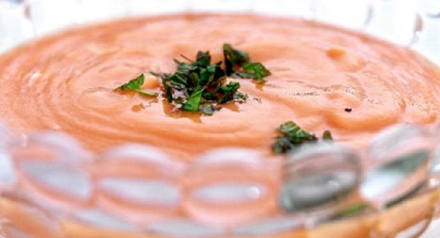 Gazpacho de papaya con yogur de menta