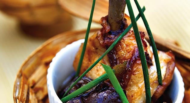 Alitas de pollo glaseadas con ciruelas