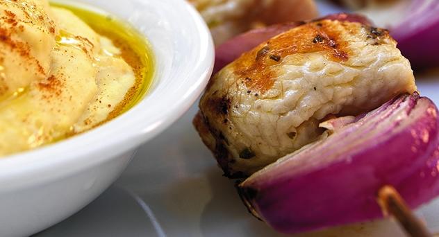 Brochetas de pavo con cebollas rojas y humus