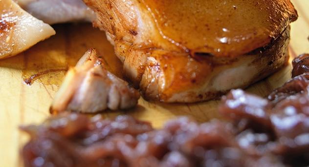 Cochinillo con cebolla confitada y manzana