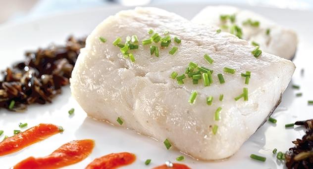 Bacalao con salsa de piquillos y arroz salvaje