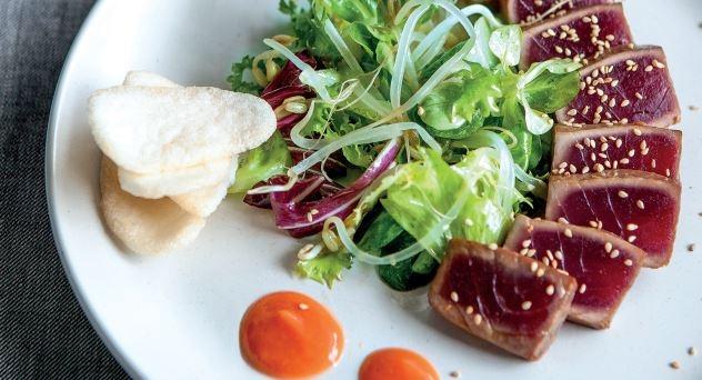 Tataki de atún en ensalada con salmorejo y pan de gambas