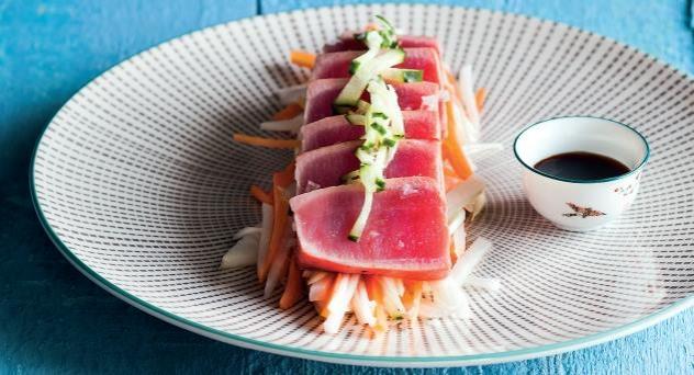 Verduras encurtidas en vinagre de arroz con atún y salsa teriyaki