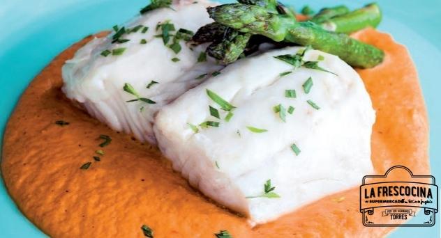 Merluza a la sal con crema suave de romesco y espárragos verde
