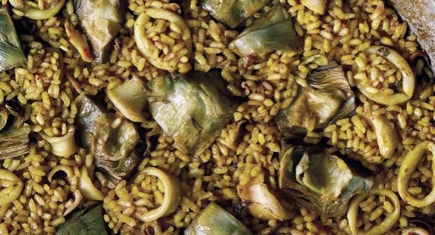 Paella de chipirones y alcachofas