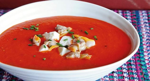 Sopa de tomate con queso feta y berberechos