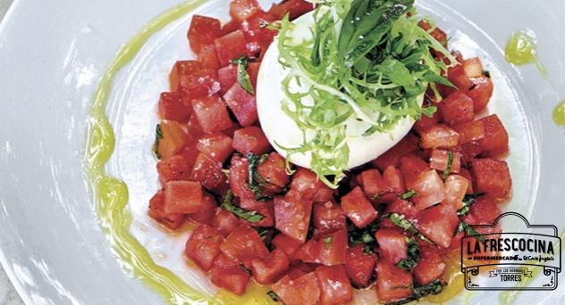 Tartar de tomate, sandía, albahaca y queso de burrata