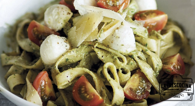 Fetuccini al pesto de orégano, mozzarella y tomates