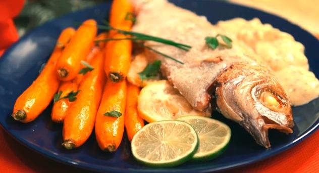 Besugo a la sal con glaseado de verduras y salsa