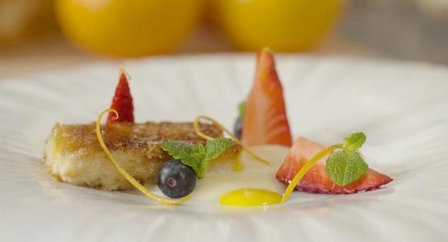 Torrijas con crema inglesa y gel de naranja