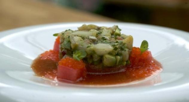 Tartar de vieiras con jugo de tomate y sandía