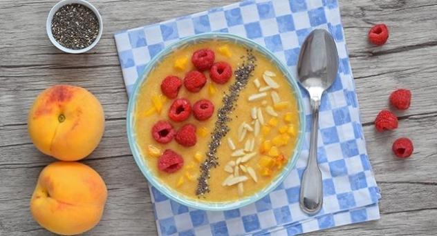 Smoothie bowl de melocotón y melón con semillas de chía