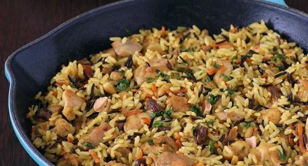 Salteado de arroz salvaje y pollo con frutos secos