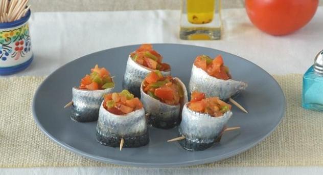 Rollitos de sardinas con tomate