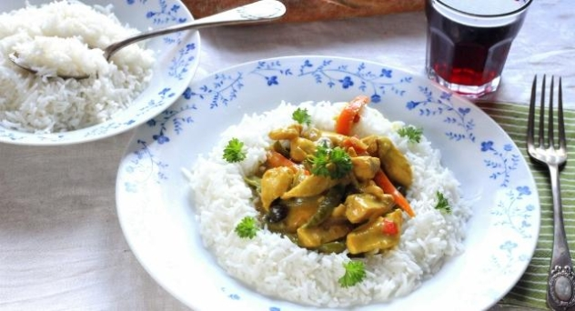 Pollo al curry con arroz blanco