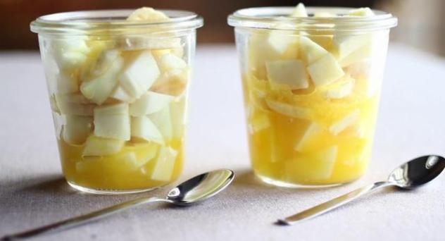Macedonia de frutas con naranjas de zumo