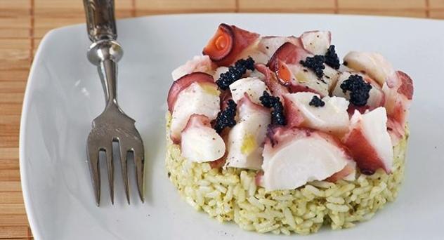Ensalada ligera de arroz al pesto con pulpo