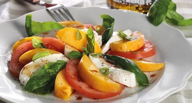 Ensalada italiana con melocotón