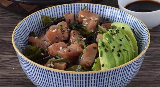 Ensalada hawaiana de atún con algas y aguacate