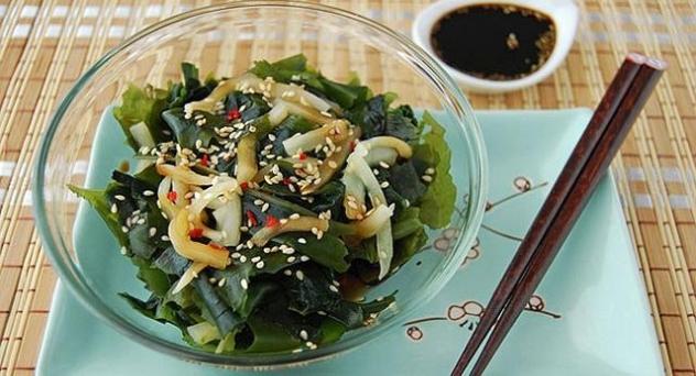 Ensalada de algas wakame y semillas de sésamo