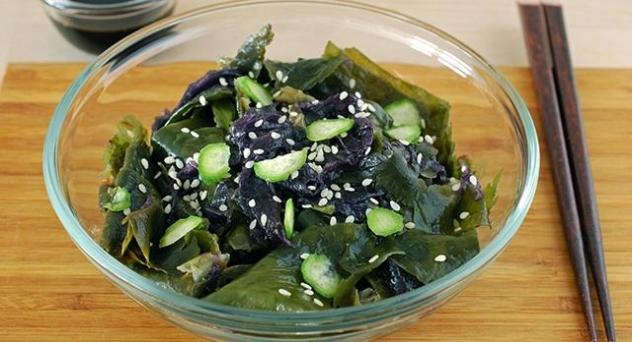 Ensalada de algas variadas con pepino baby