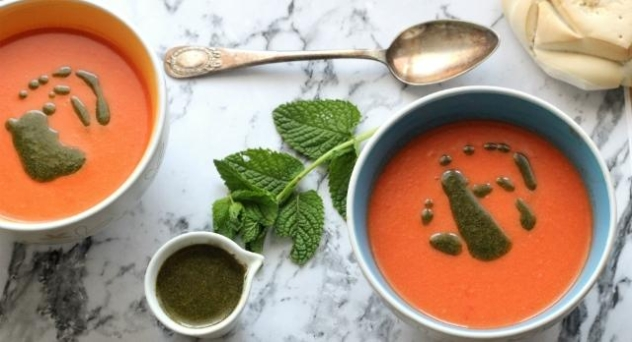 Crema fría de tomate, sandía y aceite de menta