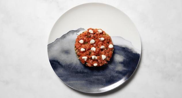 Tartar de salmón sobre quinoa