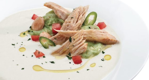 Sopa de ajo blanco con guacamole y ventresca de bonito