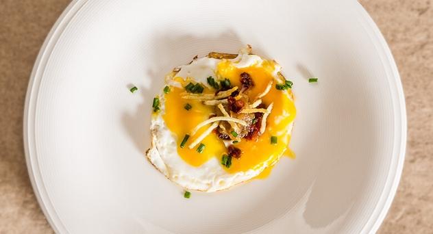 Huevos, patatas paja y chorizo
