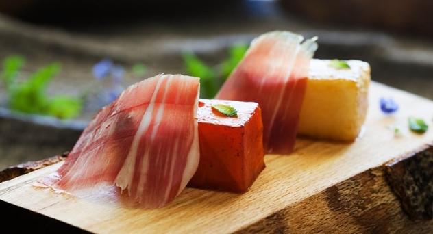 Dados de sandía y melón asados con Jamón de Bellota 100% Ibérico Cinco Jotas
