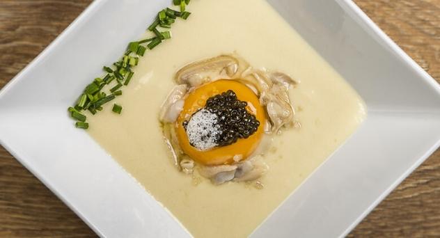 Crema de puerro ahumada, abalón, caviar y yema de huevo de corral