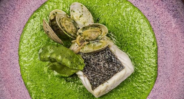 Merluza en salsa verde con pilpil de plancton, almejas y tirabeques