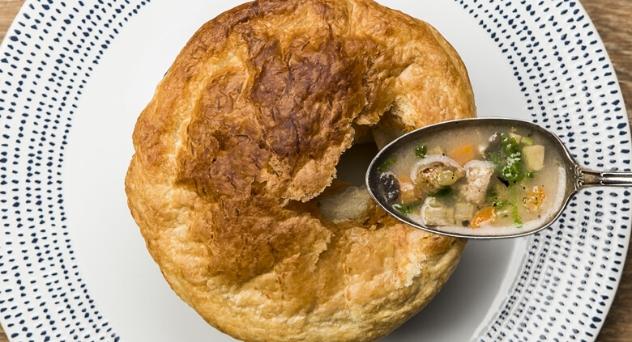 Sopa de trufa, foie y verduras