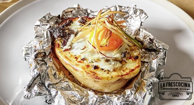Huevos rotos en patata con morcilla y crujiente de puerro