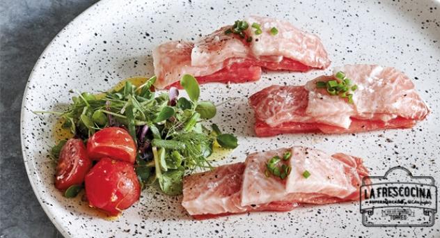 Ventresca de atún con tomates y jamón