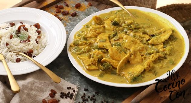 Pollo o pavo al curry con arroz, brócoli y pasas por Delicious Martha