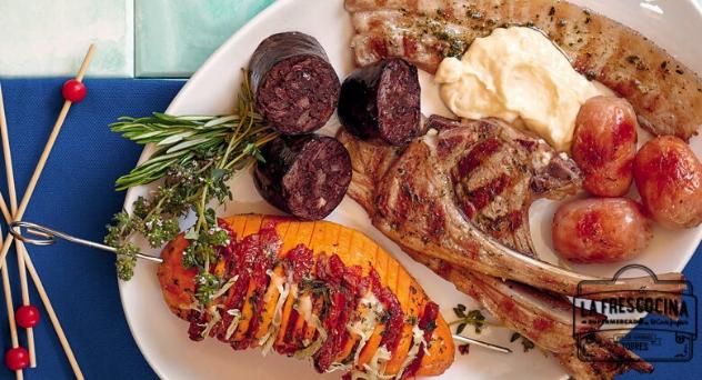 Parrillada de carne con alioli de ajo asado y moniatos hasselback