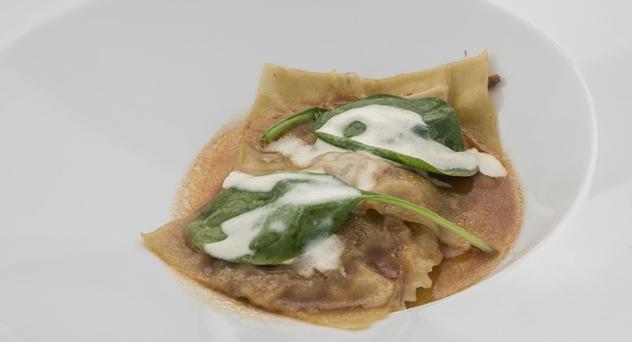 Receta MasterChef 4: Raviolis de brazuelo de ternera con suero de queso curado y espinacas frescas