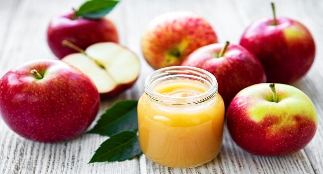 Papilla de plátano o manzana con pera para bebés a partir de los 5 meses