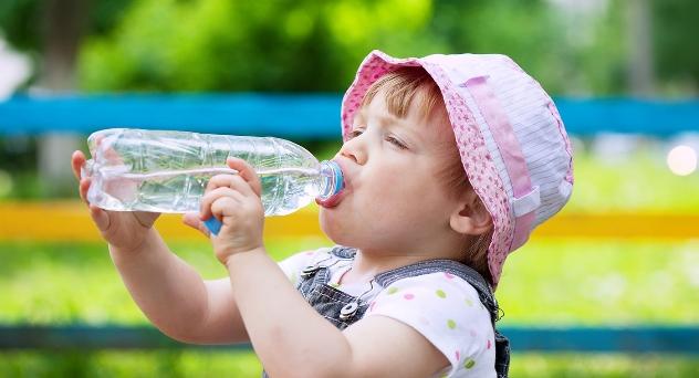¿Cuánta agua tienen que beber los bebés?