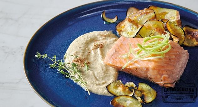 Salmón marinado y cocido al vapor con crema y chips de berenjena