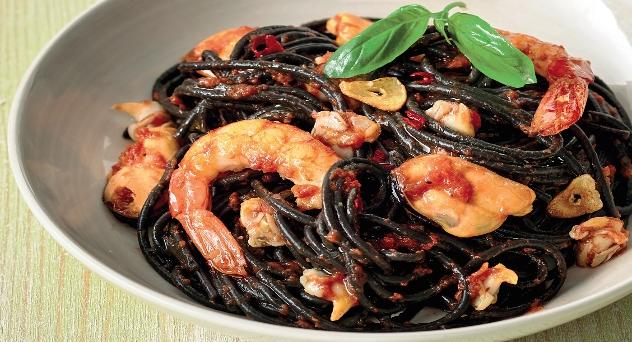 Espaguetis nero di sepia a la marinera