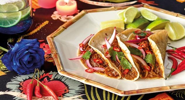 Tacos de carrillera de cerdo con cebolla encurtida